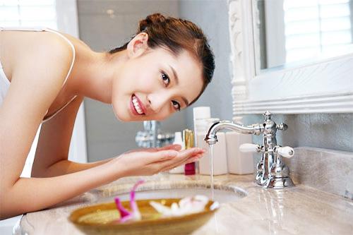 Rửa mặt thật sạch trước khi thực hiện các cách làm giảm tàn nhang trên