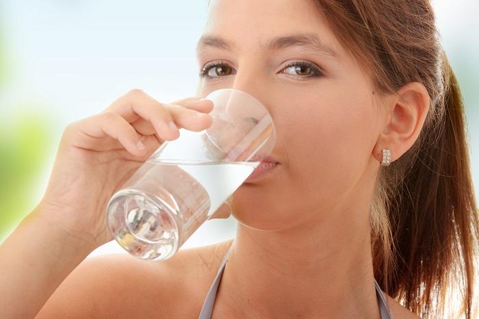 Uống đủ nước mỗi ngày giúp chống tàn nhang hiệu quả