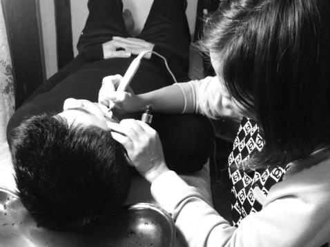 """Chấm thuốc phá tàn nhang không an toàn tại các tiệm cắt tóc """"bình dân"""""""