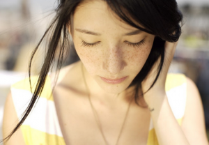 Cách chữa da mặt bị tàn nhang – Kinh nghiệm của mẹ bé Bi