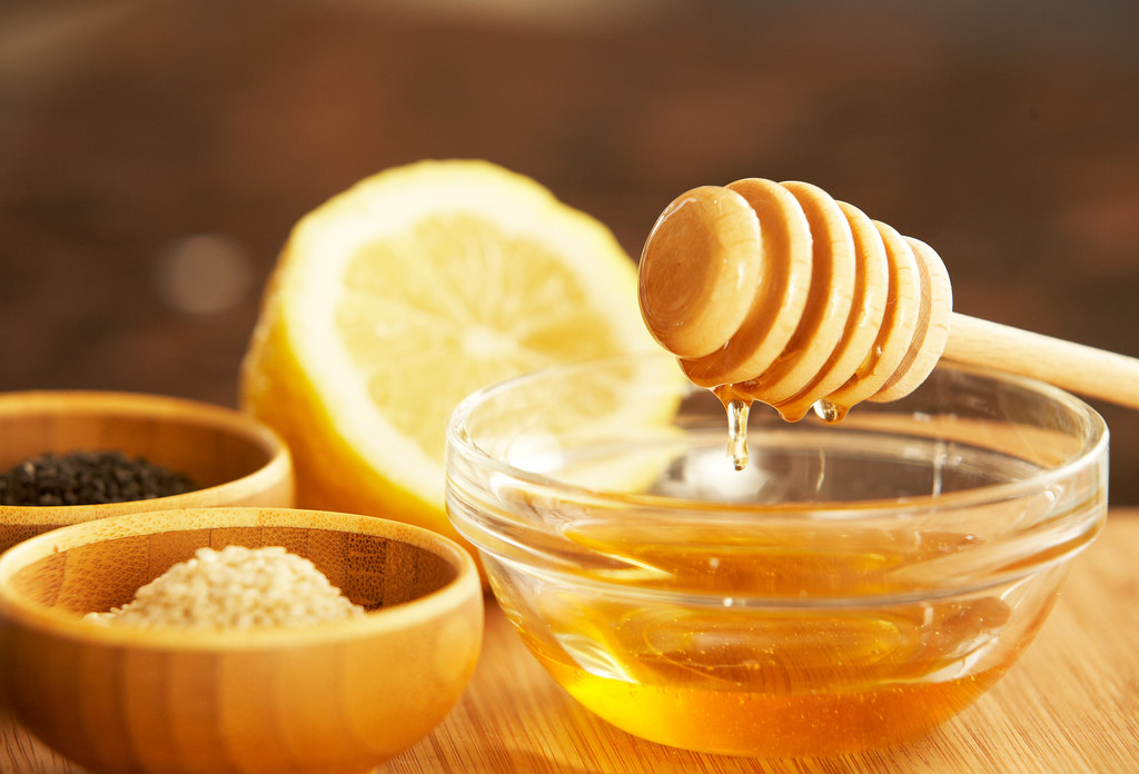 Trị tàn nhang tại nhà bằng mật ong chanh