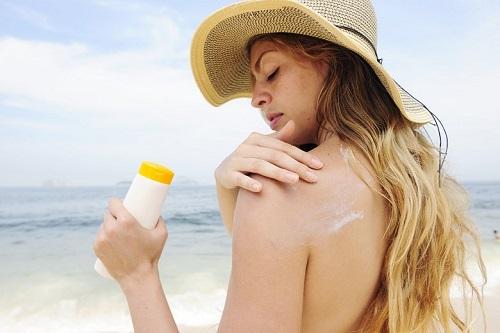 kem chống nắng giúp hạn chế nguyên nhân gây tàn nhang